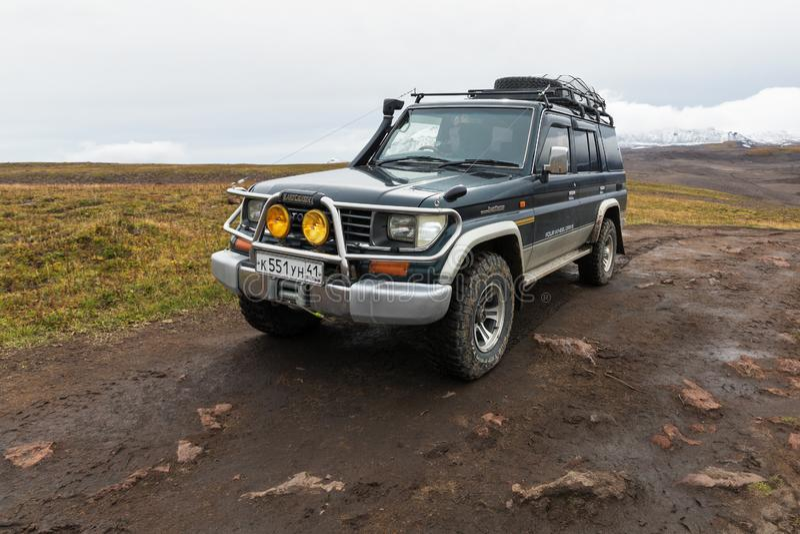 Toyota Land Cruiser fora de estrada Prado do carro da expedição estacionado na estrada da montanha fotos de stock royalty free