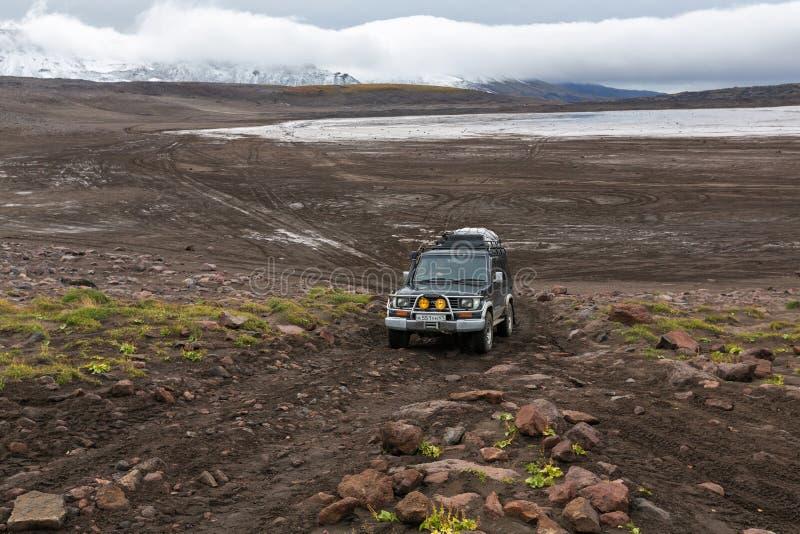 Toyota Land Cruiser fora de estrada Prado do carro da expedição que conduz na estrada da montanha fotografia de stock royalty free