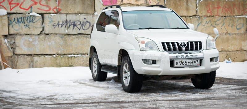 Toyota landkryssare Prado som parkeras i brottsligt område av Ryssland royaltyfria foton