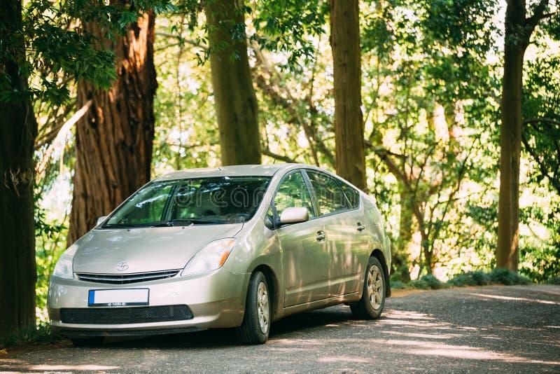 Toyota Prius jest pełnym hybrydowym elektrycznego samochodu samochodem parkuje obrazy royalty free