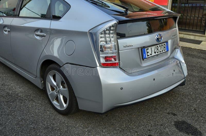 Toyota Prius w kruszcowych szarość uszkadzał obraz royalty free