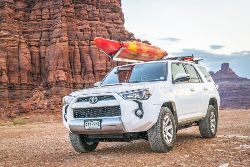 Toyota 4runner SUV z kajakiem na dachu na pustynnym śladzie fotografia royalty free