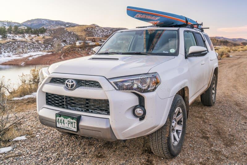 Toyota 4Runner SUV z paddleboard obraz stock