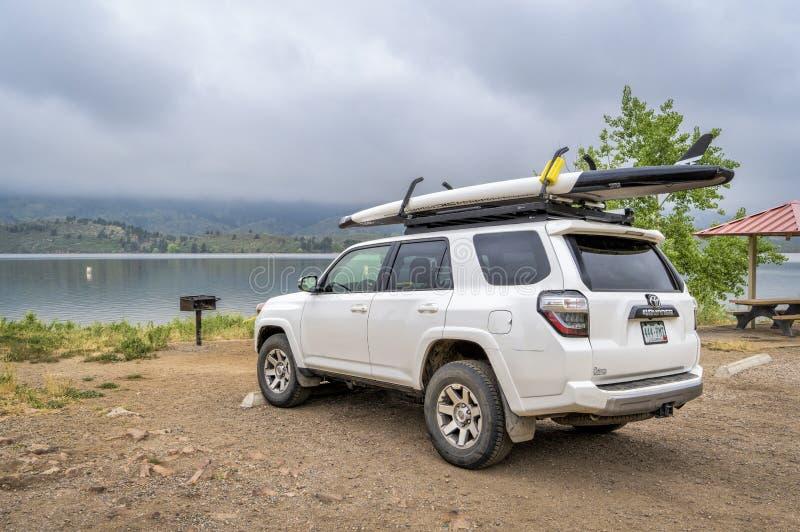Toyota 4runner z stoi w górę paddleboard obrazy stock