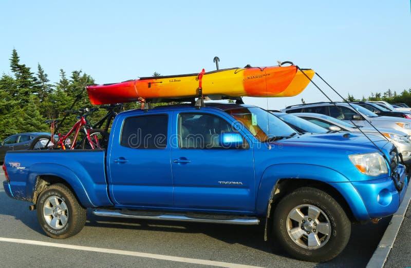 Toyota Tacoma SUV met kajak en fietsen wordt geladen die royalty-vrije stock afbeelding