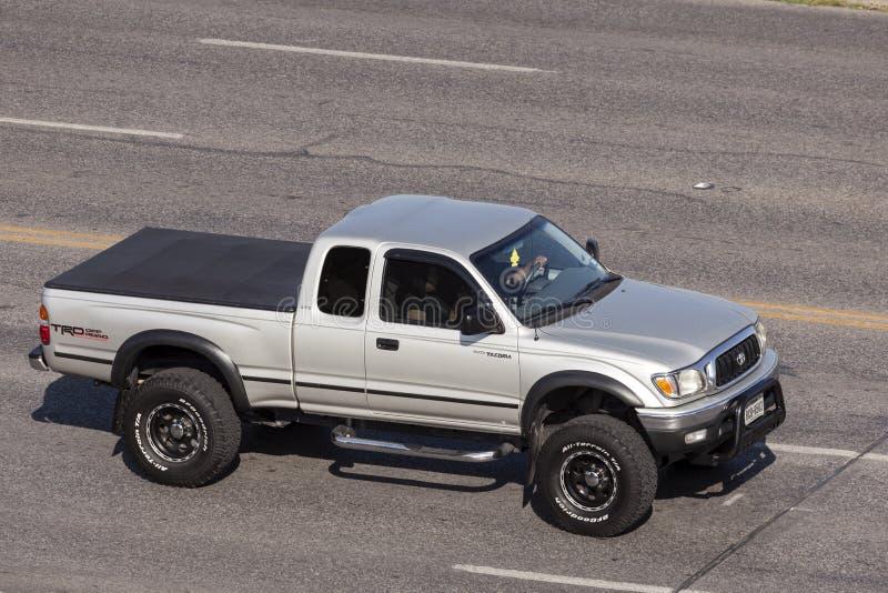 Toyota Tacoma TRD weg von der Straße stockbilder
