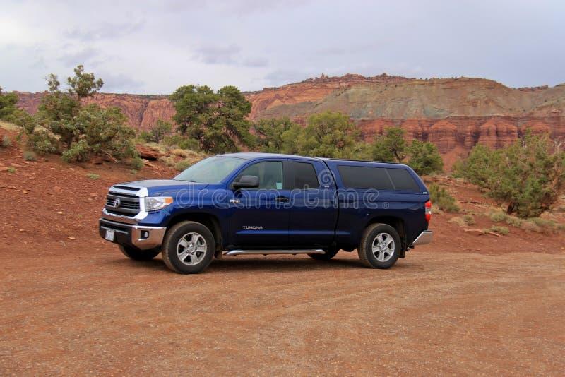 Toyota-Toendravrachtwagen in de Woestijn van Utah stock afbeelding