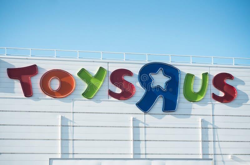Toys R Us logo på lager på bakgrund för blå himmel Toys R Us är den största kedjan för världs` s av leksakåterförsäljaren royaltyfria foton
