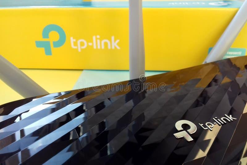Tp-länk för trådlöst router-modem till Archer C20 AC750 och färgad pappkartong med tp-link-logotyp royaltyfria foton