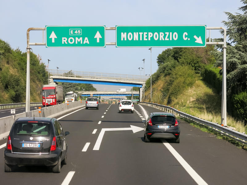 Tráfego Autostrada, Itália imagem de stock