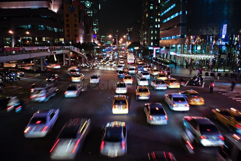 Tráfego chinês na noite imagens de stock