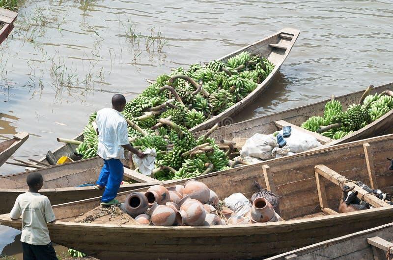 Tráfego comercial do plantain ao longo do lago Kivu fotografia de stock royalty free