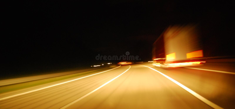 Tráfego da estrada na noite fotografia de stock