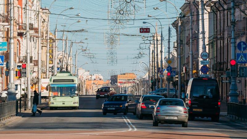 Tráfego da manhã na rua de Sovetskaya em Gomel, Bielorrússia foto de stock