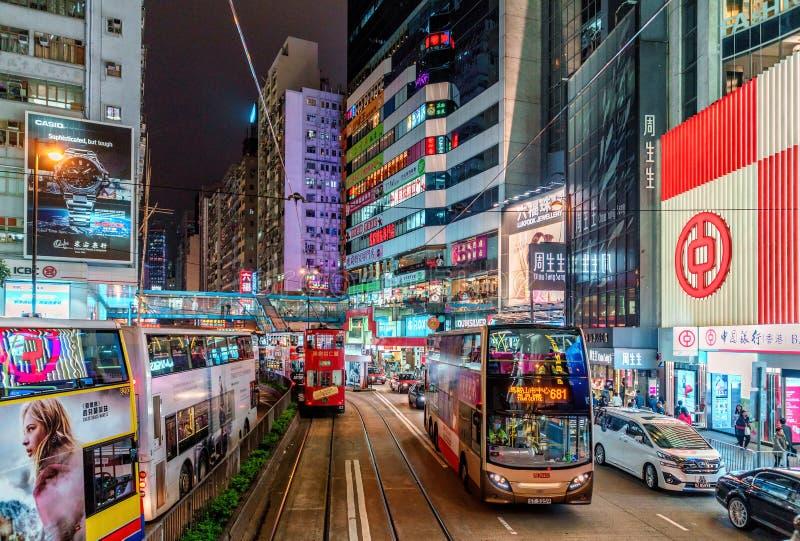 Tráfego da noite em Hong Kong Island Arquitetura da cidade da noite com iluminação de rua, bonde e ônibus imagem de stock royalty free
