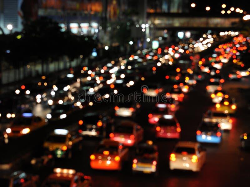 Tráfego da noite em uma estrada congestionada foto de stock
