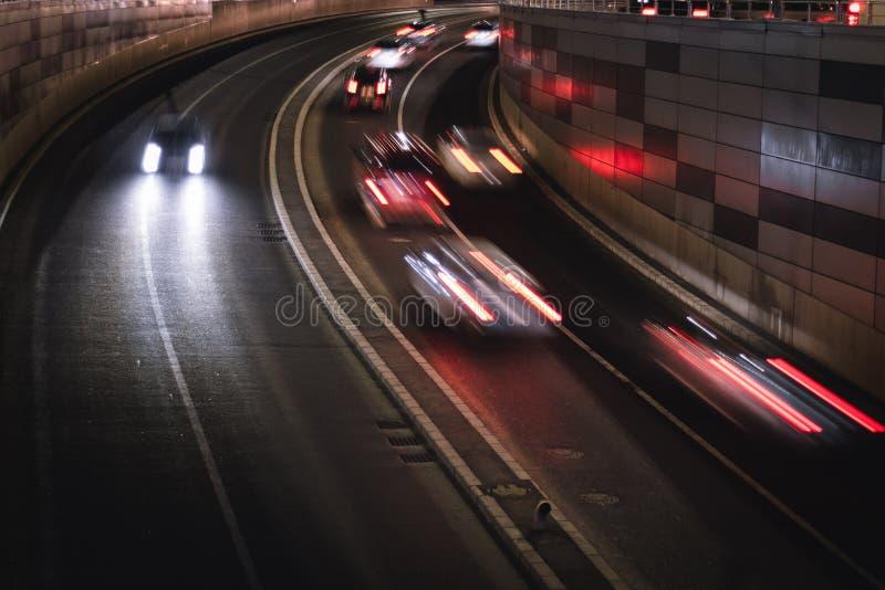 Tráfego da noite na cidade foto de stock royalty free