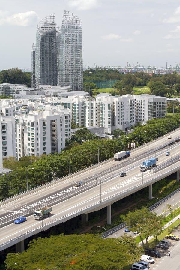Tráfego da skyline e da estrada na cidade de Singapore imagem de stock royalty free