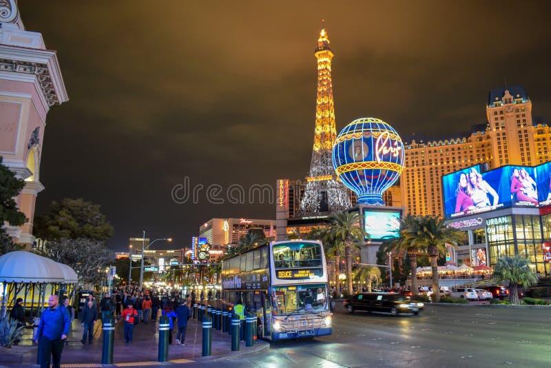 Tráfego da tira de Las Vegas e hotel & casino de Paris na noite fotografia de stock royalty free