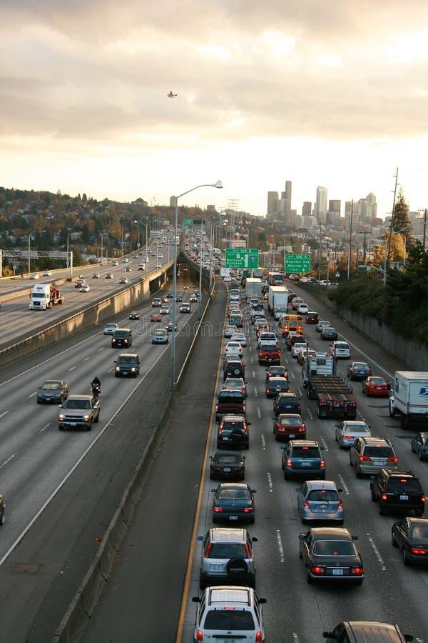Tráfego das horas de ponta na skyline de Seattle da autoestrada foto de stock