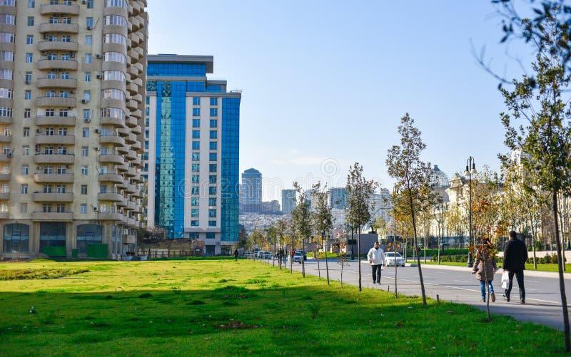 Tráfego de carro na rua de Shamsi Badalbeyli na cidade de Baku imagem de stock royalty free