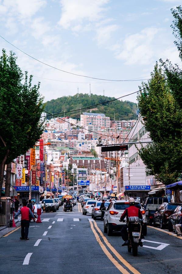 Tráfego de carros e arquitetura da cidade do Nampo-dong, Busan, Coreia do Sul fotografia de stock royalty free