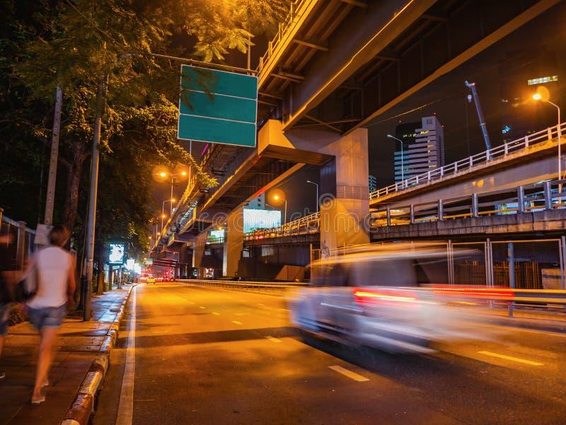 Tráfego de cidade de Banguecoque na noite com o departamento do movimento do carro foto de stock royalty free