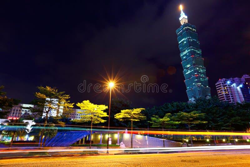 Tráfego de cidade de Taipei na noite imagens de stock