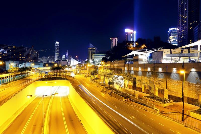 Tráfego de cidade moderno na noite imagem de stock royalty free