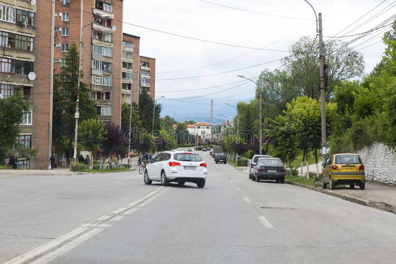 Tráfego de luz em uma avenida principal na cidade de Lupeni fotos de stock royalty free