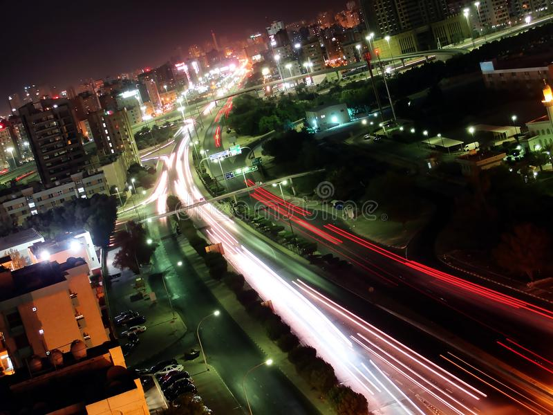 Tráfego de noite em Kuwait foto de stock royalty free