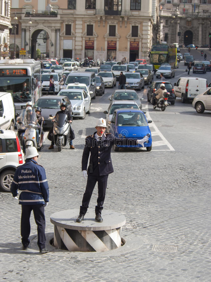 Tráfego de regulamento do polícia de tráfego em ruas da cidade imagens de stock royalty free
