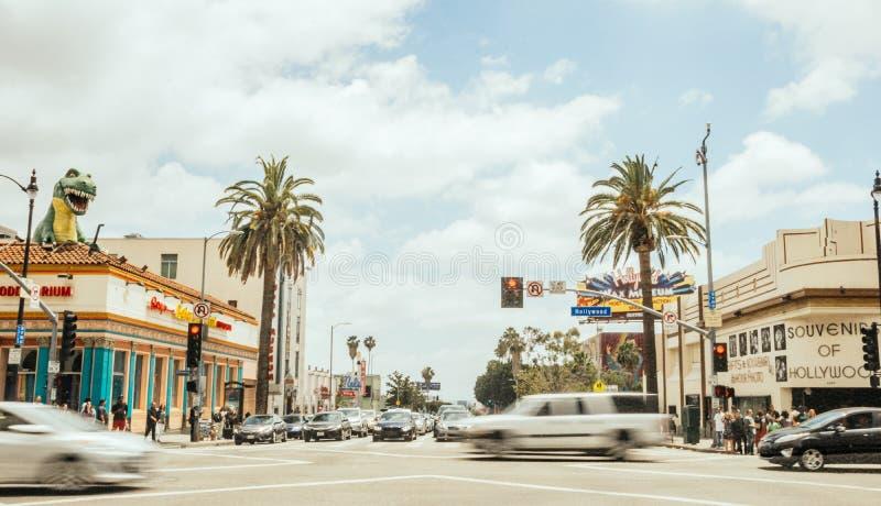 Tráfego de turista nas estradas transversaas na avenida de Hollywood Atração turística de Los Angeles no dia E fotos de stock royalty free