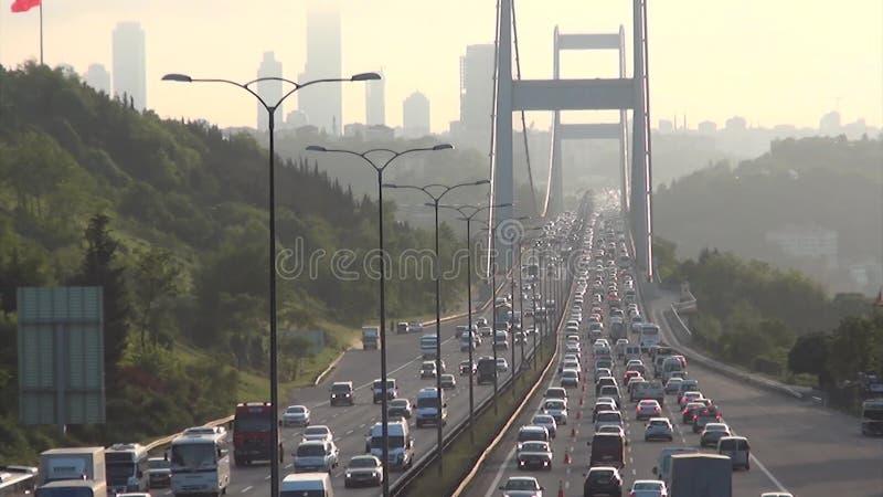 Tráfego diário com II Ponte de Bosporus em Istambul filme