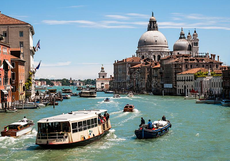 Tráfego do barco em Veneza em Grand Canal imagens de stock