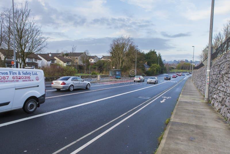 Tráfego do bulevar e da luz em Galway foto de stock