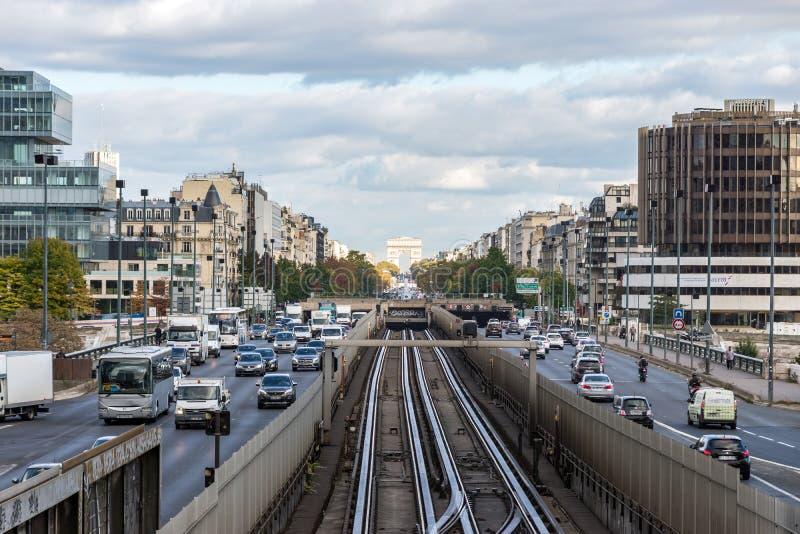 Tráfego do metro entre a defesa do La e a Paris - o França imagem de stock royalty free