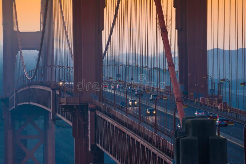 Tráfego dourado da manhã da ponte de San Francisco fotos de stock
