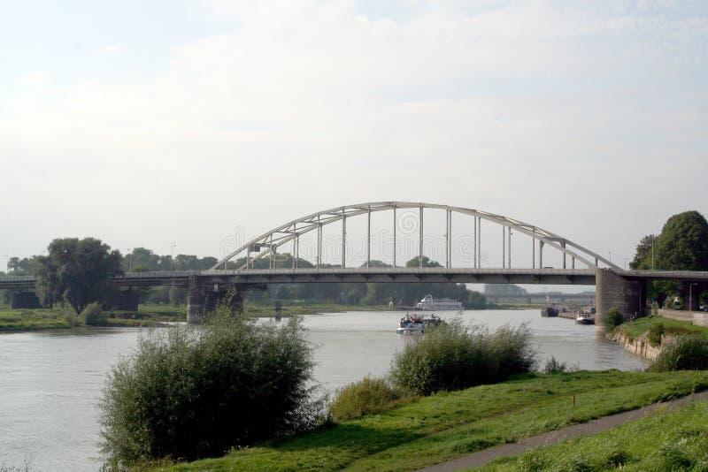 Tráfego e vista no rio IJssel imagens de stock