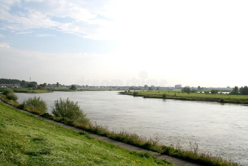 Tráfego e vista no rio IJssel imagem de stock royalty free