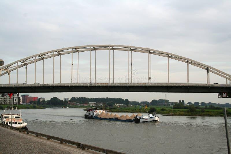 Tráfego e vista no rio IJssel fotos de stock royalty free