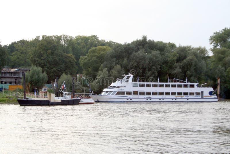 Tráfego e vista no rio IJssel foto de stock royalty free