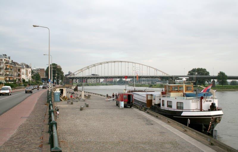 Tráfego e vista no rio IJssel imagem de stock