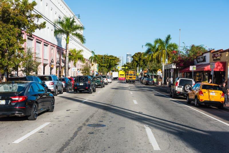 Tráfego em Calle Ocho famoso em pouco Havana foto de stock royalty free