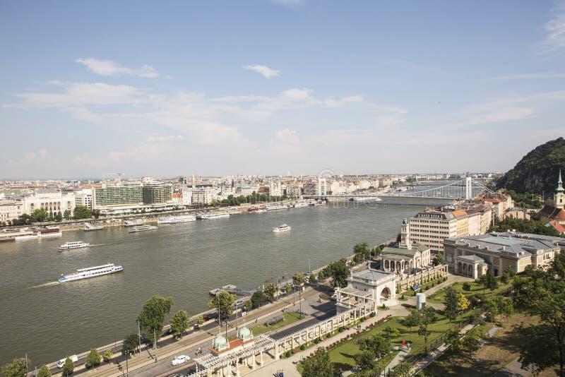 Tráfego em Danube River em Budapest imagem de stock