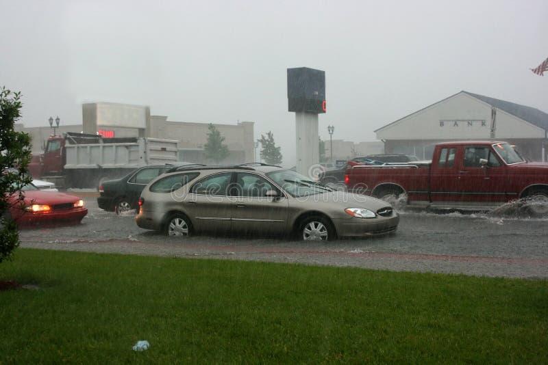 Tráfego em uma rua inundada imagem de stock royalty free