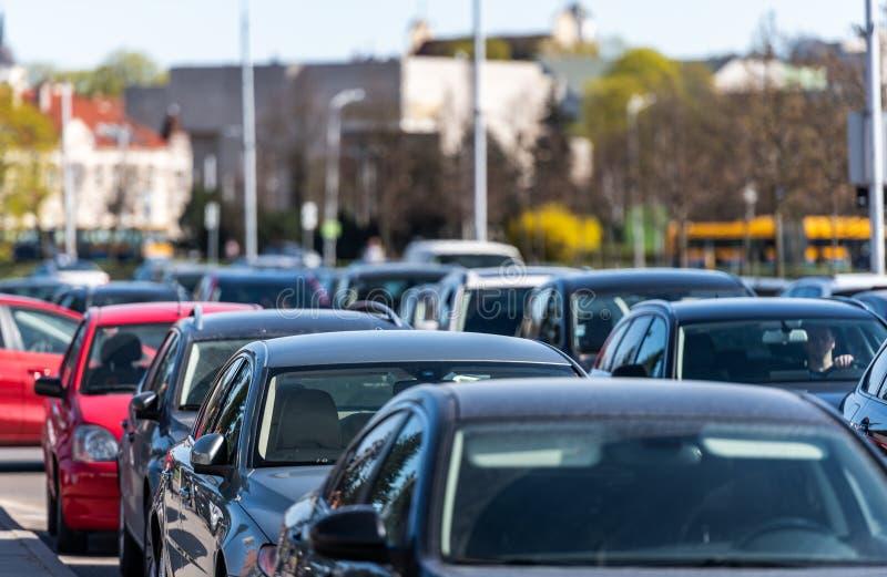 tráfego Lituânia, Vilnius Tempo e tráfego de mola na cidade velha fotos de stock