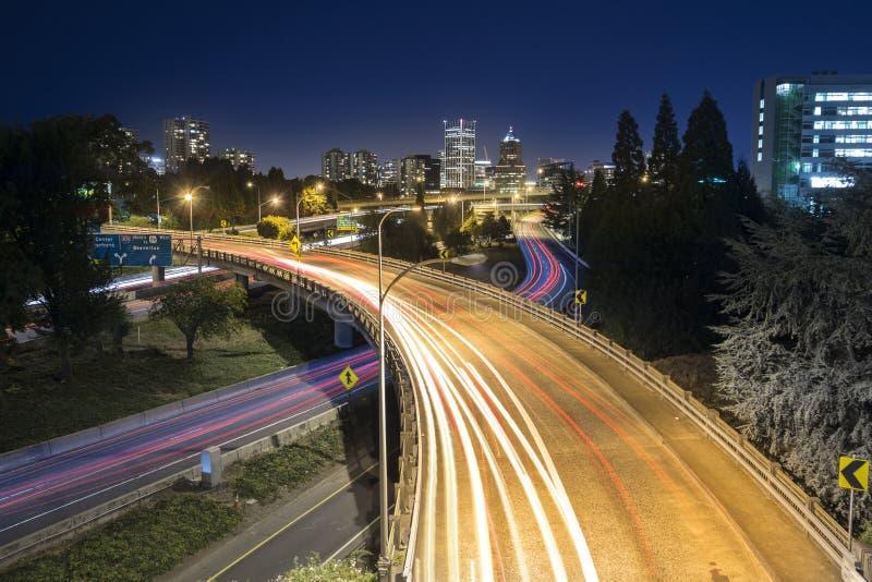 Tráfego longo da noite da exposição em Portland, Oregon imagem de stock