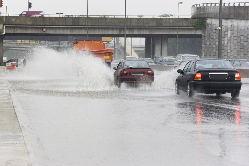 Tráfego na chuva torrencial fotografia de stock royalty free