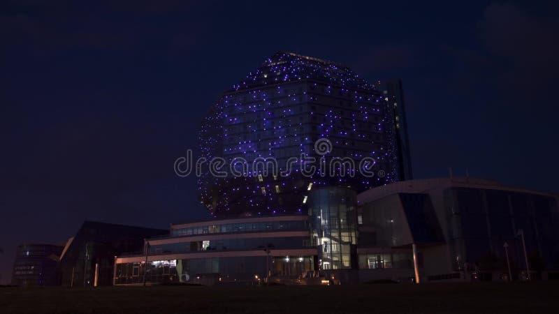 Tráfego na noite perto da construção vídeos de arquivo